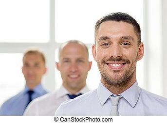 ビジネスマン, 微笑, 背中, オフィスの チーム