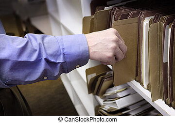 ビジネスマン, 手を伸ばす, 手, ∥ために∥, ファイル, 上に, 棚