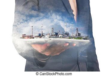 ビジネスマン, 把握, デジタル, 無線, タブレット, ∥で∥, 石油精製所, 植物, そして, 雲