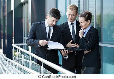 ビジネスマン, 提示, 文書, へ, 彼の, 協力者