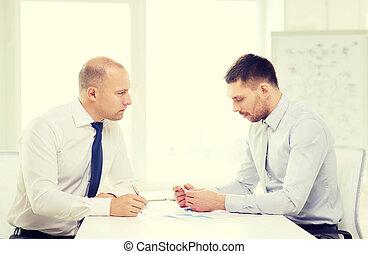 ビジネスマン, 深刻, 2, オフィス, ペーパー