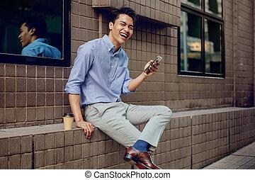 ビジネスマン, 若い, 微笑, city., 見る, 電話, カメラ, モビール, 使うこと, アジア人
