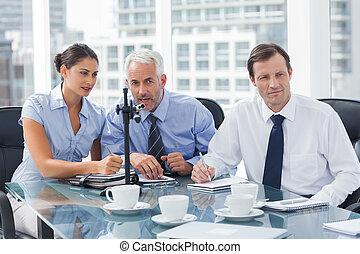 ビジネスマン, 話すこと, 中に, a, マイクロフォン
