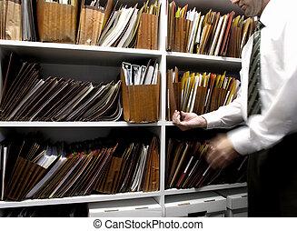 ビジネス男, ファイル, 上に, 棚