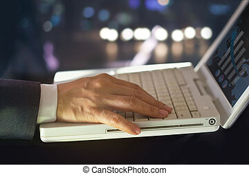 ビジネス男, 使用, 統計上である, データ, 中に, ∥, 形態, の, デジタル, グラフ, そして, チャート, 夜で, 背景