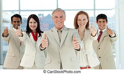ビジネス, の上, 多民族, チーム, 微笑, 親指