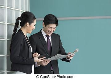 ビジネス, タブレット, 人々, アジア人, 新聞。, 読書, 電子