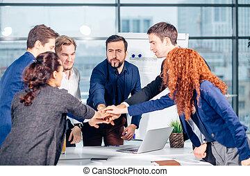 ビジネス チーム, ある, 寄付, 高い 5, そして, 微笑, 間, 地位, 中に, オフィス