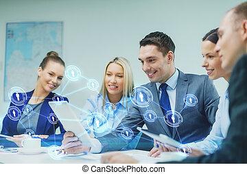 ビジネス チーム, ∥で∥, タブレットの pc, 持つこと, 議論