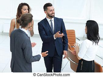 ビジネス チーム, 話し, 地位, 中に, オフィス