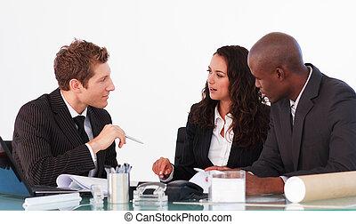 ビジネス チーム, 話すこと, 中に, a, ミーティング