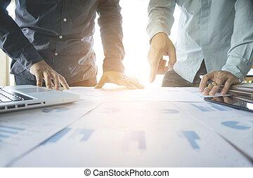 ビジネス チーム, 2, 同僚, 論じる, 新しい, 計画, 金融の図表, データ, 上に, オフィス, テーブル, ∥で∥, ラップトップ, そして, デジタル, tablet.