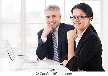 ビジネス, モデル, 人々, 2, 一緒に, 朗らかである, 間, カメラ, テーブル, 微笑, 同僚。