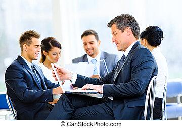 ビジネス, ラップトップ, 微笑。, ビジネスマン, 使うこと, 建物, 幸せ