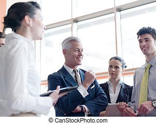 ビジネス, リーダー, 作成, プレゼンテーション, そして, ブレーンストーミング