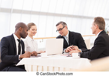 ビジネス 人々, モデル, formalwear, 間, 一緒に, meeting., テーブル, 論じる, 何か