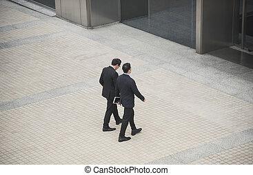 ビジネス 人々, 持つこと, 会話, そして, 歩くこと, 中に, オフィス, 建物。, 高い 角度 眺め