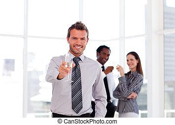 ビジネス 人々, 飲むこと, champgne, 中に, オフィス