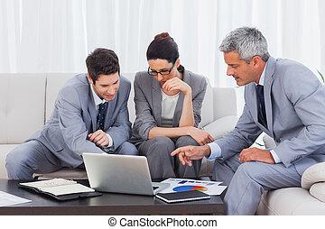 ビジネス, 働いている人達, ソファー, ラップトップ, 一緒に, 使うこと