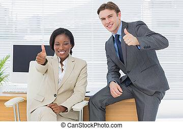 ビジネス 同僚, ジェスチャーで表現する, 「オーケー」, 中に, オフィス