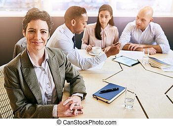 ビジネス, 女性実業家, 見る, カメラ, 成長した, の間, ミーティング