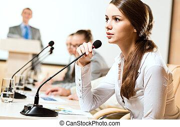 ビジネス 女, 話す, に, a, マイクロフォン
