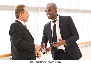 ビジネス, communication., 2, 朗らかである, ビジネス男性たち, に話すこと, お互い, そして,...