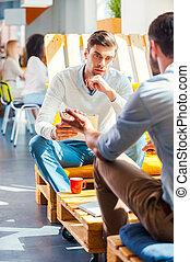 ビジネス, conversation., 2, 確信した, 若者, 中に, スマートな 偶然, ウエア, 論じる, 何か, 間, オフィスの着席, ∥で∥, ∥(彼・それ)ら∥, 同僚, 仕事, 中に, ∥, 背景