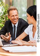 ビジネス, meeting., 2, ビジネス 人々, 中に, formalwear, 論じる, 何か, そして, 微笑, 間, 両方とも, テーブルの着席, 屋外で