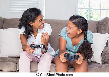 ビデオゲーム, 娘, 母, ソファー, 一緒にプレーする, 幸せ