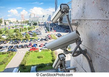 ビデオ監視, cameras, 上に, a, 壁, ∥見る∥, 通り, 駐車, 区域