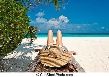 ビーチにおいての女性, あること, 上に, chaise の ラウンジ