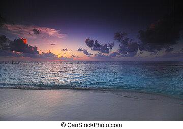 ビーチの上の日の入