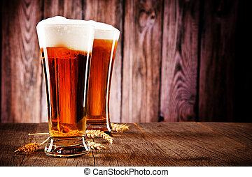 ビールのガラス, 上に, 木製のテーブル