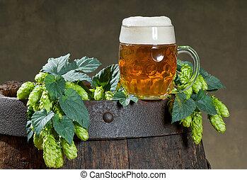 ビールを持っている静物画