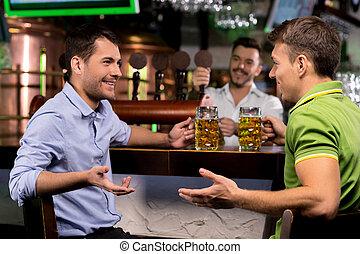 ビール, バーテンダー, 出費, それぞれ, 若い, 2, 話し, 間, 他, 叩くこと, 背景, 時間, 飲むこと, bar., 人