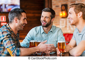 ビール, バー, モデル, 男性, 3, 一緒に, 若い, 話し, 間, ウエア, friends., 飲むこと,...