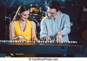 ピアノ教師, ∥で∥, 彼の, 学生, 中に, 音楽, 学校