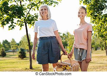 ピクニック, 彼女, ポジティブ, 祖母, バスケットを伴う, 女の子