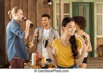 ピクニック, 若い, バーガー, アジア人, 食べること, ガールフレンド, 飲むこと, 中庭, コーラ