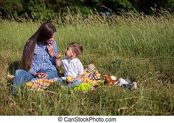 ピクニック, 若い, 息子, 森林, 母, 肖像画, 食べなさい