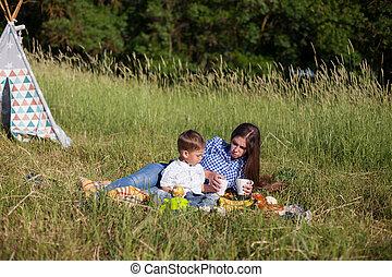 ピクニック, 若い, 息子, 森林, 母, 食べなさい