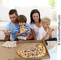 ピザを 食べること, リビングルーム, 家族