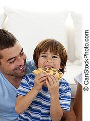 ピザ, 彼の, リビングルーム, 父, 男の子, 食べること