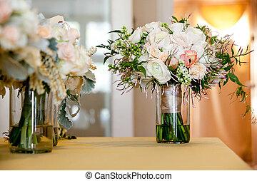 ピンク, セット, 花嫁の花束, ジャー, 下方に, ガラス, 結婚式, テーブル, 白い花, 式, 前に