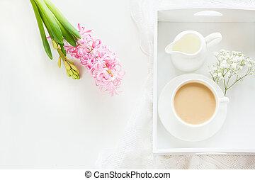 ピンク, パステル, コーヒーカップ, 花束, 春, 上, 白, space., 朝, ヒヤシンス, バックグラウンド。, 黒, 色, 光景, 新たに, 朝食, コピー, ミルク