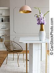 ピンク, 実質, 部屋, 金, 写真, 下に, グレーの大理石, 食事をする, ランプ, interior., テーブル, 椅子, 花, 白