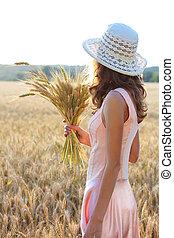 ピンク, 豊富, 概念, 小麦, 保有物, 彼女, 帽子, 若い, に対して, 手, field., 背景, 女の子,...