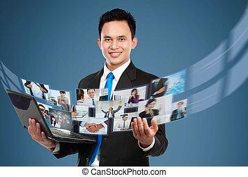ファイル, 彼の, 写真, ラップトップ, 共有, ビデオ, ビジネスマン, 使うこと