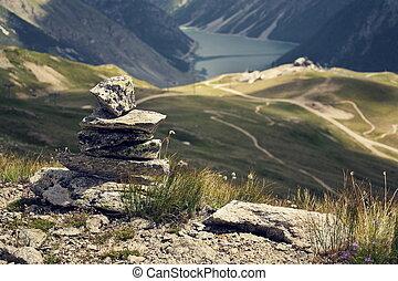 フィルターされた, バランスをとられた, 石, ピラミッド, 中に, ∥で∥, 青い水, 山湖